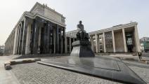 """تمثال دوستويفسكي أمام """"المكتبة الوطنية الروسية"""" في موسكو (Getty)"""