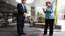 الرئيس شي والمستشارة الألمانية ميركل خلال لقاء سابق ببرلين