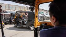 """بات الـ""""توك توك"""" وسيلة نقل رئيسية في المناطق الشعبية (محمد الشاهد/ فرانس برس)"""