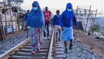 يمضون إلى مدرستهم في كينيا (غوردن أوديامبو/ فرانس برس)
