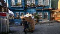 عامل نظافة في إسطنبول (أوزان كوسي/ فرانس برس)