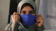 سعاد عفانة تنتج الكمامات الوقائية بغزة (تصوير محمد الحجار)
