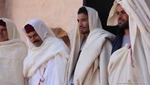 يرتدون القشابية (العربي الجديد)