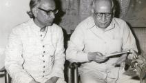 الشاعر الباكستاني فيض أحمد فيض (يمين) والكاتب الهندي عبد القوي دسنوي