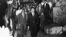 بطل الملاكمة محمد علي في زيارة لمصنع الحديد والصلب في يونيو 1964 (Getty)