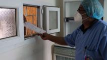 أحد الكوادر الطبية في خيمة لإجراء فحوصات كورونا في ليبيا (موكاهيت آيديمير/ الأناضول)