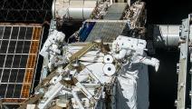 رائدان يركّبان إطارات دعم لألواح شمسية ستصل لمحطة الفضاء