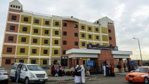 خارج مستشفى جامعة قناة السويس المركزي (محمد الشاهد/فرانس برس)