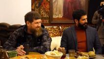 الممثل التركي بوراك أوزجيفيت (يمين) والرئيس الشيشاني رمضان قادروف (تويتر)