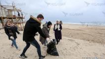 مبادرة تطوعية في غزة لتنظيف الشاطئ (عبد الحكيم أبو رياش)