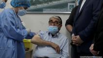صلاح تيزاني يتلقى أول جرعة لقاح ضدّ كورونا- لبنان (حسين بيضون/العربي الجديد)