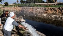 فلاحون مصريون وقناة مياه (خالد دسوقي/ فرانس برس)