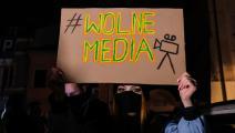 """لافتة """"الحرية للإعلام"""" في بولندا في نوفمبر الماضي (عمر ماركيز/Getty)"""