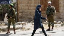 فلسطينيون وجنود إسرائيليون في الخليل (حازم بدر/ فرانس برس)