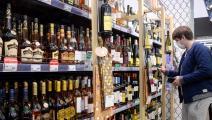 شراء كحول في روسيا وسط أزمة كورونا (كيريل كودريافتسيف/ فرانس برس)