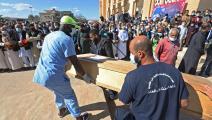 دفن جثة من مقبرة جماعية في ترهونة في ليبيا (فرانس برس)