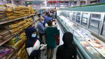 متسوقون في سوبرماركت بالكويت