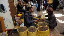 نقص النقود المعدنية يسبب مشكلات للتجار والزبائن (محمد حمود/ Getty)