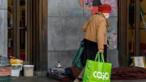 البعض لا يجد غير الشارع مأوى له (أوليفييه ماتيس/ Getty)