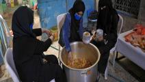 متطوعات يحضرن الطعام للفقراء (محمد حويس/فرانس برس)