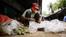 فقير يجمع طعاماً من القمامة بالهند (سوميابراتا روي/ Getty)