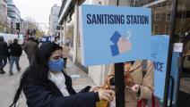 محطة لتعقيم الأيدي في لندن (مايك كمب/ Getty)