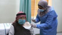 حصل على اللقاح مع بدء تطعيم كبار السن في الأردن (Getty)