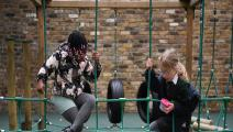أطفال يلعبون في الخارج في ظل الإغلاق (دانييل ليل أوليفاس/ Getty)