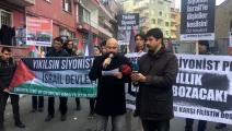 (الباحث التركي كوتلو دانا يلقي كلمة في تظاهرة تضامناً مع فلسطين أمام القنصلية الأميركية بإسطنبول)