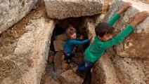 أطفال سوريين يلعبون بمخيم النزوح (عبد العزيز كيتاز/فرانس برس)