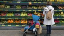 تشتري الخضار والفاكهة مع طفلها (ريتشارد بايكر/ Getty)