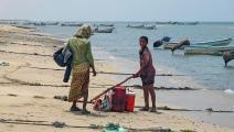 البحر ملاذ بعض المواطنين في ظل ارتفاع درجات الحرارة (خالد زياد/ فرانس برس)