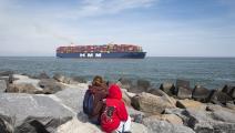 سفينة تجارية عملاقة في ميناء روتردام الهولندي