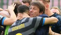 Antonio Conte (R) head coach of FC Internazionale celebrate with Achraf Hakimi (L) after Inter opened the scoring during the Serie A match between FC Internazionale and Hellas Verona FC at Stadio Giuseppe Meazza on April 25, 2021 in Milan, Italy. Sporting stadiums around Italy remain under strict restrictions due to the Coronavirus Pandemic as Government social distancing laws prohibit fans inside venues resulting in games being played behind closed doors. (Photo by Giuseppe Cottini/NurPhoto via Getty Image