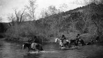 (نساء قبيلة أباتشي بعدسة إدوارد كورتيس عام 1903، Getty)