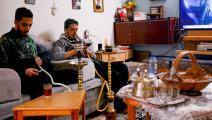 يدخنان النارجيلة في عمان (خليل المزرعاوي/ فرانس برس)