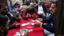 يقتلون الوقت بلعب الورق في مقهى بعمان (فاليري شاريفولين/ Getty)