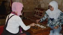 فتاتان تلعبان الداما في الديوان (العربي الجديد)