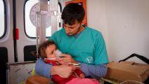 طفل يتلقّى العلاج في مركز طبي بمخيم للنازحين السوريين (محمد بشير الضاهر/ فرانس برس)