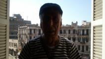 سعدي يوسف في القاهرة ووراءه ميدان طلعت حرب، حزيران 2012 (العربي الجديد)