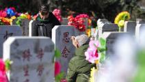 صينيون في مقبرة بمناسبة مهرجان تشينغ مينغ (فرانس برس)