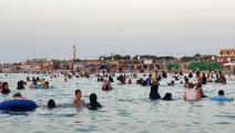 لا غنى عن الشاطئ خلال درجات الحرارة المرتفعة (محمود تركية/ فرانس برس)