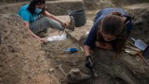 خلال نبش إحدى المقابر (جورج غويريرو/ فرانس برس)