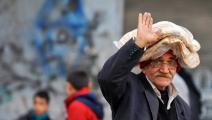 مسنّ سوري يحمل خبزاً بينما تتعاظم الصعوبات المعيشية/فرانس برس