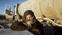 فتاة تنتظر وصول المياه في إحدى المناطق الصحراوية بالجزائر/فرانس برس
