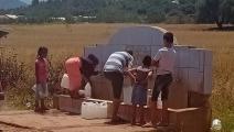 مواطنون يلجؤون الي جلب المياه من الينابيع بسبب شح الحنفيات (العربي الجديد)