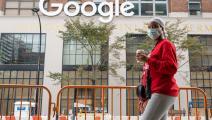 سيدة تمر أمام مكتب غوغل بأحد أحياء نيويورك