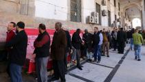 مشهد يومي أمام المصارف في طرابلس (محمود تركية/ فرانس برس)