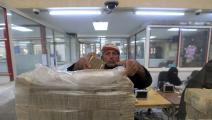 موظف في البنك المركزي في صنعاء (محمد حويس/ فرانس برس)