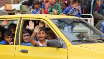 سيارة تنقل عدداً كبيراً من الطلاب دفعة واحدة (أحمد المحمد/ فرانس برس)